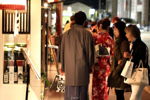/ 50mm, Canon EOS 60D, City, Clothes, Culture, Einkaufen, Gion, J2011-12, Japan, Kansai, Kimono, Kioto, Kleidung, Kultur, Kyoto, Panorama, Sigma, Sigma 50mm 1:1.4, Stadt, Stadtansicht, Stadtbild, Stadtlandschaft, Urban Area, Urbaner Raum, city scape, shopping, town picture, townscape, かいもの, ころも, としけいかん, まちなみ, シグマ, パノラマ, 京都, 文化, 日本, 服, 町, 町並み, 着物, 祇園, 街, 街並み, 衣, 衣類, 買い物, 都市景観, 都市空間, 関西