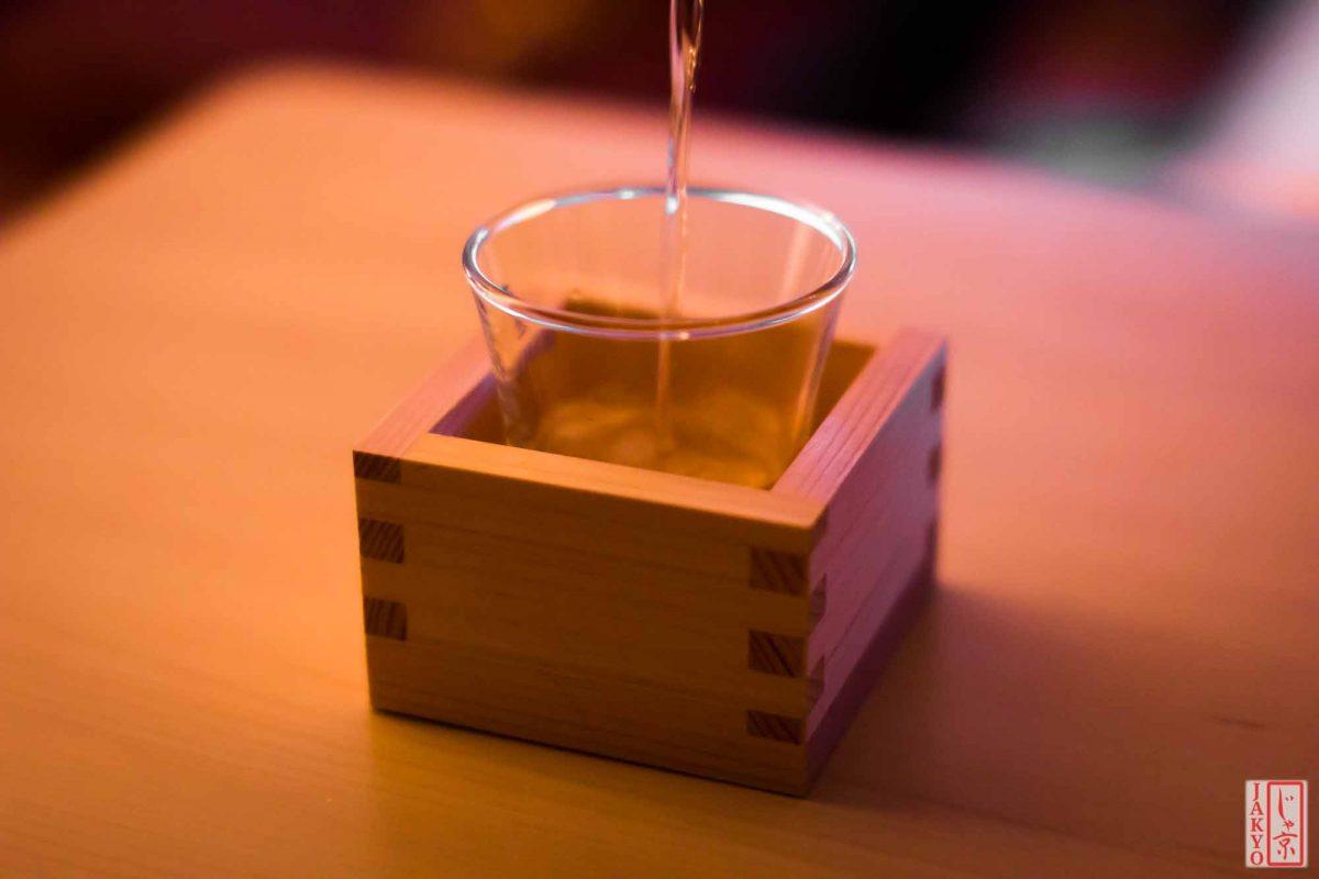 Sake Overflow - Sosogi Koboshi / Drink, Glas, Holzbecher, Japanese Alcohol, Japanischer Alkohol, Masu, Nihonshu, Sake, Sosogi Koboshi, Trinken, glass, glassware, wooden box, ます, ガラス, 日本酒, 枡, 注ぎこぼし, 硝子, 酒, 飲み物