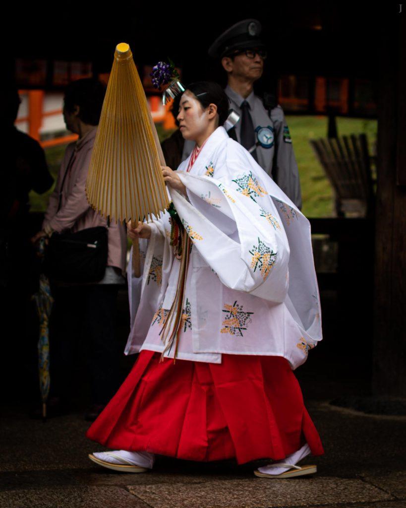 Shrine maiden with umbrella at Kasuga-Taisha-Shrine, Nara, Japan. / J2019, Japan, Kansai, Kioto, Kyoto, 京都, 日本, 関西