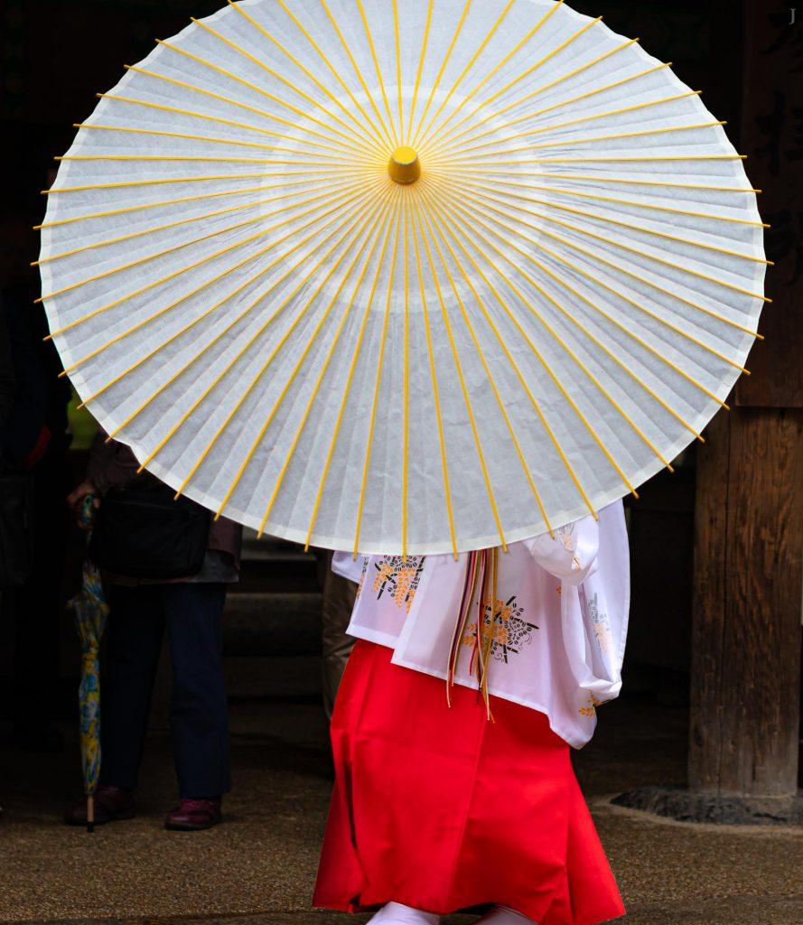 Shrine maiden with umbrella at Kasuga-Taisha-Shrine, Nara, Japan. / BeOfJap, Best of Japan, J2019, Japan, Kansai, Kioto, Kyoto, Nara, 京都, 奈良, 日本, 日本一番, 関西