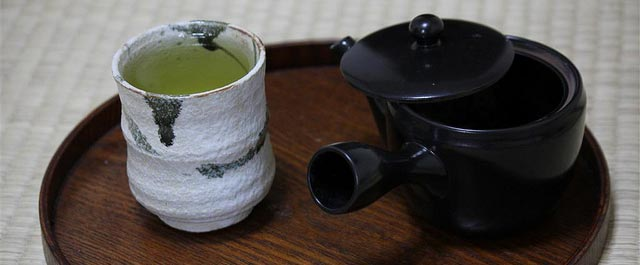 zubereitung von gr ntee mit bl ttern bancha sencha gyokuro japan kyoto. Black Bedroom Furniture Sets. Home Design Ideas