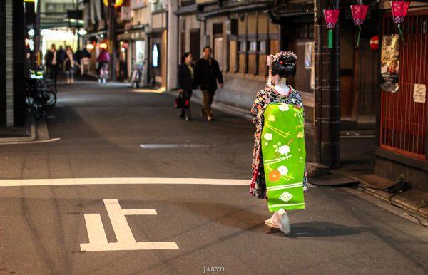 Maiko walking through Gion (Kyoto) at night / 50mm, BeOfJap, Best of Japan, Canon EOS 60D, City, Clothes, Culture, Geiko, Geisha, Gion, Gion Kobu, Gürtel, J2011-12, Japan, Kansai, Katsumoto, Kimono, Kimonogürtel, Kioto, Kleidung, Kultur, Kyoto, Maiko, Maiko Obi, Maiko san, Obi, Panorama, Sigma, Sigma 50mm 1:1.4, Stadt, Stadtansicht, Stadtbild, Stadtlandschaft, Urban Area, Urbaner Raum, belt, city scape, darari, japanese belt, japanischer Gürtel, town picture, townscape, おび, かつもと, ぎおんこうぶ, げいこ, げいしゃ, ころも, だらり, としけいかん, まいこ, まいこさん, まちなみ, シグマ, パノラマ, 京都, 佳つ智, 帯, 文化, 日本, 日本一番, 服, 町, 町並み, 着物, 祇園, 祇園甲部, 舞妓, 舞妓さん, 芸妓, 芸者, 街, 街並み, 衣, 衣類, 都市景観, 都市空間, 関西