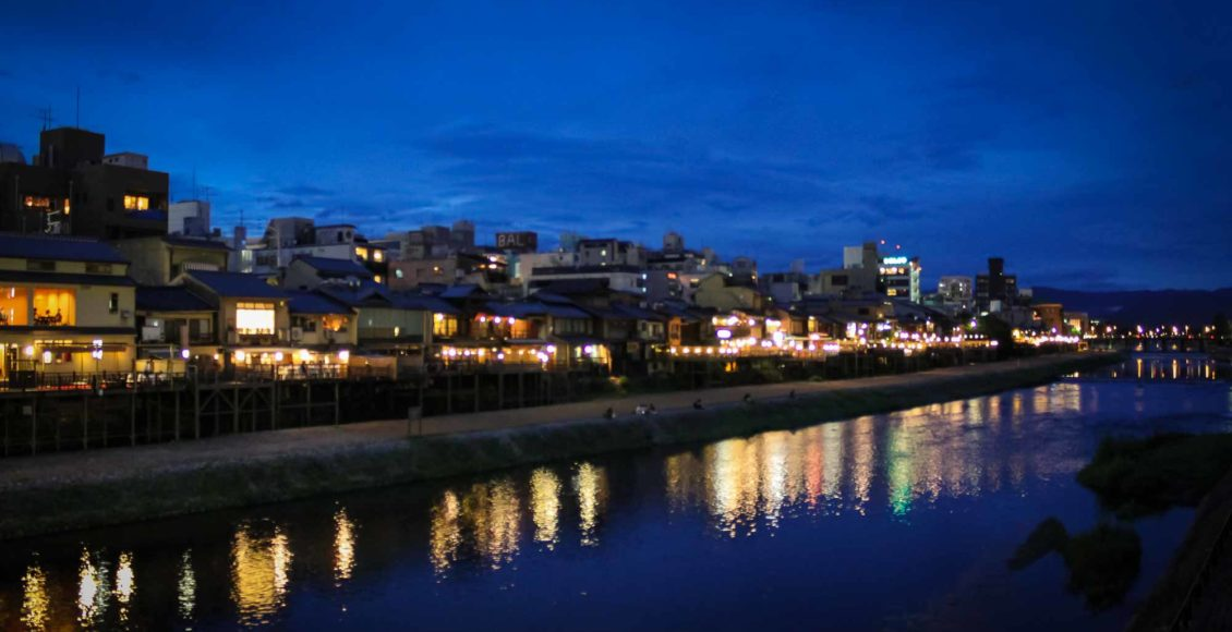 Kyoto Kamogawa Pontocho by night / Canon EOS 60D, City, Fluss, Japan, Kamogawa, Kansai, Kioto, Kyoto, Natur, Nature, Panorama, River, Stadt, Stadtansicht, Stadtbild, Stadtlandschaft, Urban Area, Urbaner Raum, city scape, town picture, townscape, としけいかん, まちなみ, パノラマ, 京都, 川, 日本, 町, 町並み, 自然, 街, 街並み, 都市景観, 都市空間, 関西, 鴨川